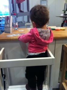 Här testar Saga en ståstol, en av de nya produkterna jag kommer att skriva mer om.