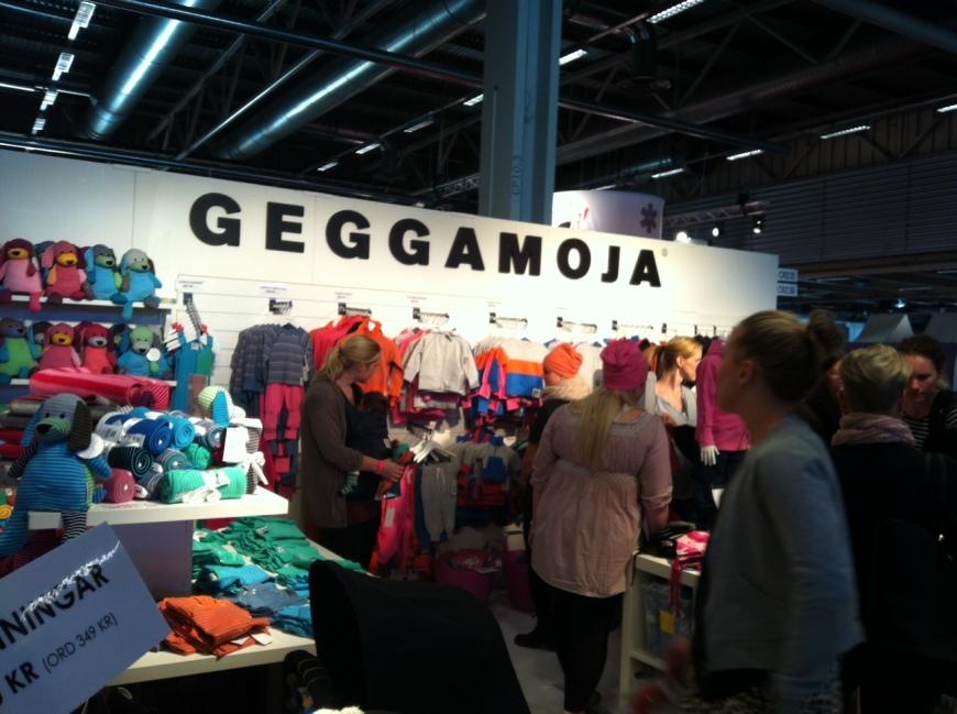 Passa på att handla barnkläder på mässan, här är Geggamojas stora monter.