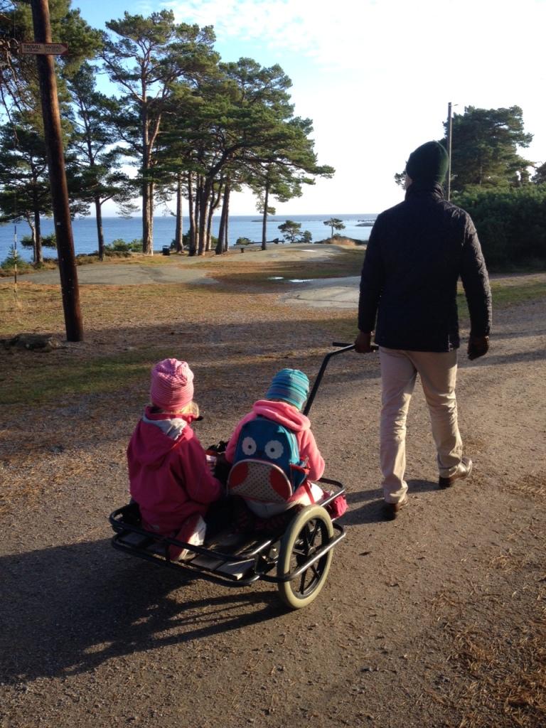 Barnen på hotellets bagagevagn på väg till stränderna.